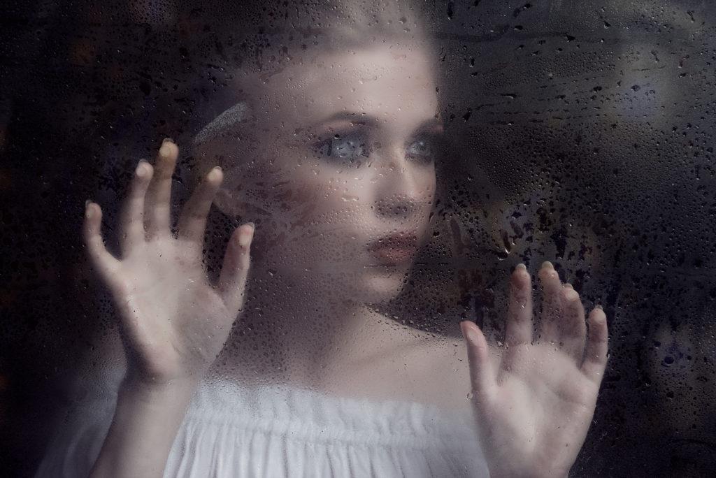 Yulia tras el cristal